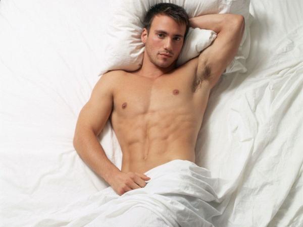 Мужчина в ліжку