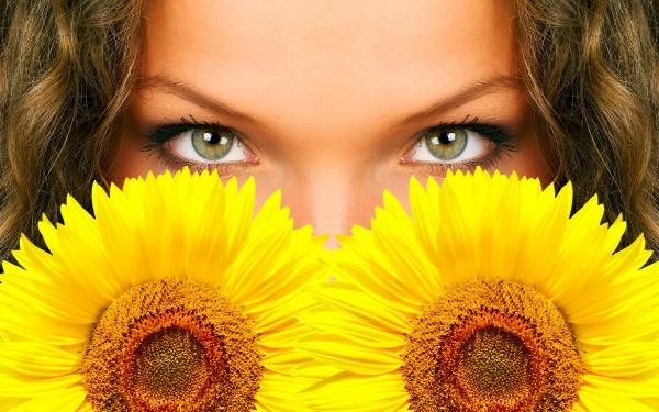 Дівчина і соняшники