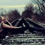 Дівчина на рельсах